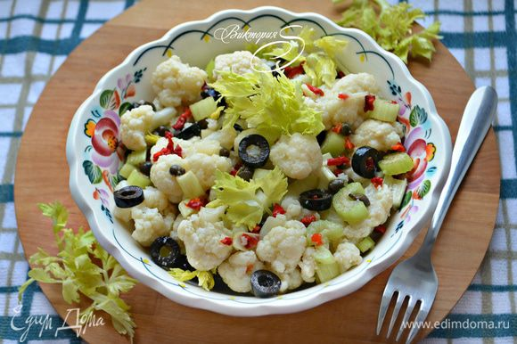 Поставьте миску с салатом перед подачей в холодильник на 30-40 мин. Приятного вам аппетита!