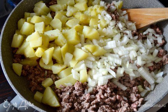 Добавьте к фаршу картофель с луком и готовьте 3 минуты.