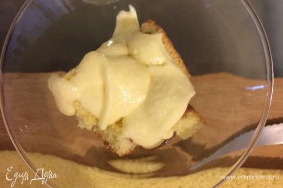 Положить 1 десертную ложку крема.