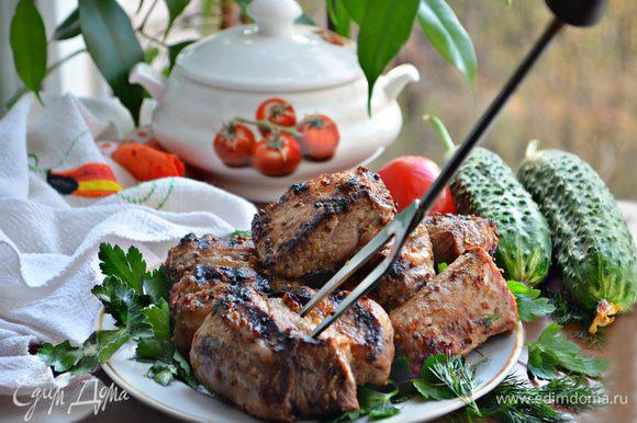 Подавайте готовые ребрышки к столу горячими. Приятного вам аппетита и вкусного пикника!