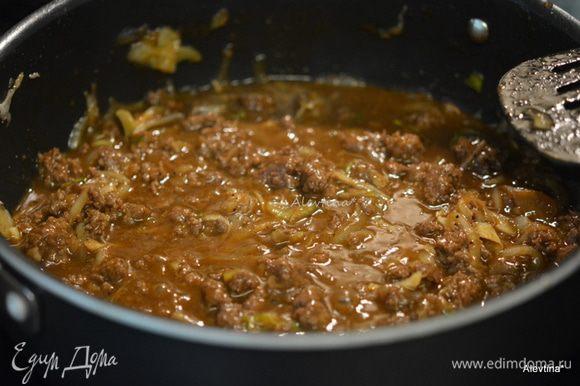 Добавить остальные ингредиенты как готовый соус барбекю или кетчуп, вода 1/2 стакана, горчичный порошок/специя, черный перец молотый, вустерширский соус. Тушить без крышки 15 мин.