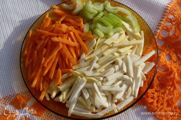Нарезаем овощи соломкой, можно натереть на крупную терку, тогда время варки сократится, и добавляем к картофелю. Морковь оставляем для зажарки.