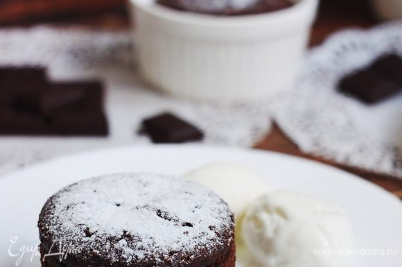 Вынуть фондан из формочек, добавить по шарику ванильного мороженого, подавать десерт горячим. Приятного аппетита!
