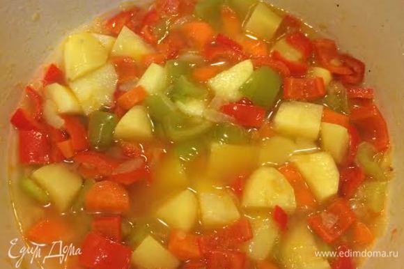 Пока жарятся баклажаны, займемся овощами. Потушим лук до золотистого цвета, потом добавим болгарский и морковь, потушим минуты 2-3. Затем добавим картофель и немного горячей воды, накрываем крышкой и варим до полуготовности картофеля.