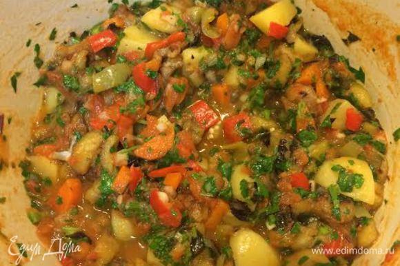 Затем зелень, чеснок, острый перец и соль. Перемешать, потушить 2-3 минуты.