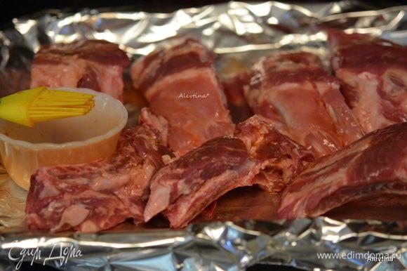 Свиные ребрышки нарезать порциями. Смешать 1 ст. л. соус Табаско с 2 ст.л. воды. Смазать ребрышки этой смесью. Поставить в разогретую духовку или гриль на 150°C на 1 час.