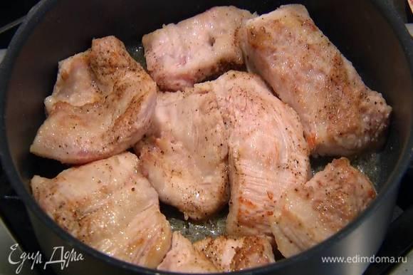 Разогреть в сковороде оливковое масло и обжаривать щечки по 1 минуте с каждой стороны.