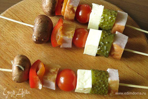 На выдержанные в воде шпажки надеваем начинку. Кусочек буженины и соленый вкус огурца, еще один кусочек мясного — сладость кураги, в центре — сочность сулугуни и томата.