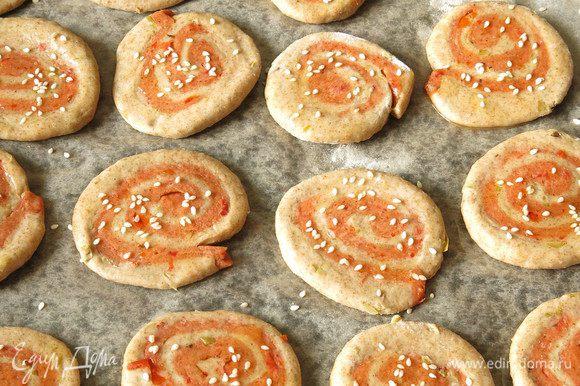 Смазываем маслом улитки и присыпаем семенами, ставим запекаться при 180°С на 35 минут.