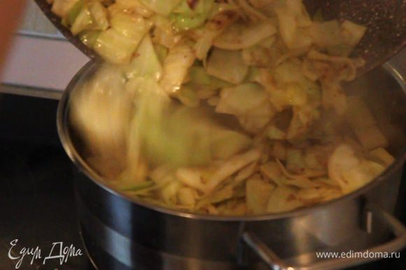 Выкладываем в кастрюлю. Отдельно в чайнике советую закипятить около литра, полтора воды, чтоб залить наши овощи не холодной водой.