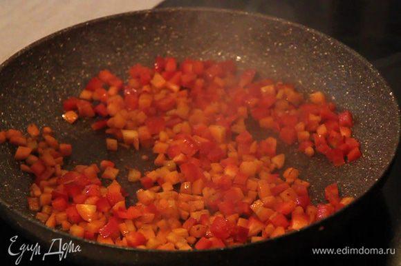 Далее обжариваем кубики моркови в которую добавляем квадратики болгарского перца и кубики помидора, можно немного все подсолить. Хорошо перемешиваем и выкладываем в кастрюлю.