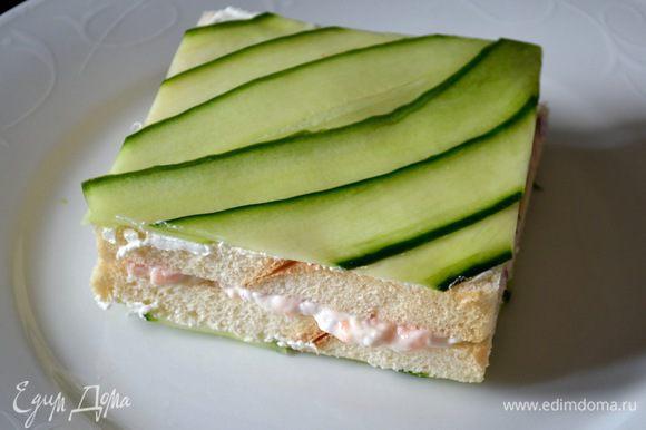 А теперь просто аккуратно обрезать полосочки огурцов, выравнивая их по краю сэндвичей.
