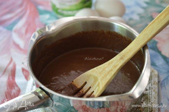 Шоколадные капли растопить с кокосовым маслом на водяной бане до однородной массы. Снять с огня, добавить сахар и по одному яйцу за раз после каждого тщательно перемешивать.