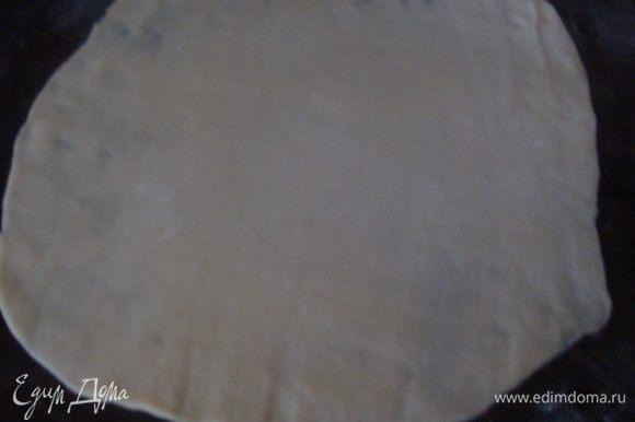 Стол присыпать щедро мукой, лепешки раскатываем как можно тоньше. Тесто раскатывается очень легко.