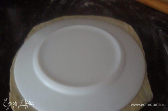 Я нашла тарелку такого размера, как сковорода. Так примеряла размер коржа.