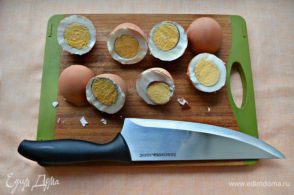 С помощью большого острого ножа резким движением разделите яйцо по-полам. Делайте это предельно аккуратно, чтобы не пораниться. Затем, с помощью чайной ложки выньте яйцо из скорлупы, оставляя саму скорлупу целой.