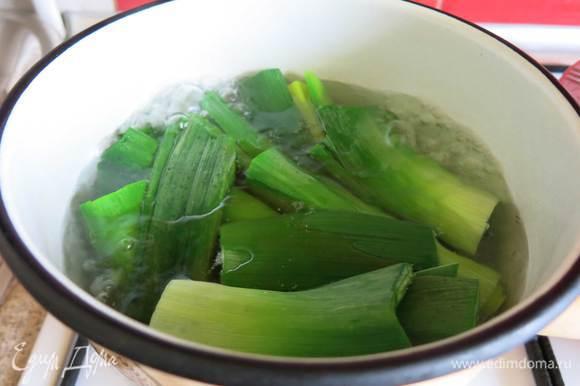 Отвариваем в кипящей воде зеленую часть порея 2-3 минуты.