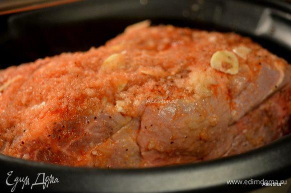 Вылить стакан приготовленного барбекю соуса. Закрыть крышкой и поставить медленный режим 10-12 часов. Если кусок крупный, как 3 кг на 12 часов.