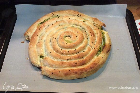 Отправляем в заранее разогретую до 200°C духовку на 30 минут, потом еще на 10 минут при 180°C. Время выпекания корректируйте в зависимости от вашей духовки. Когда пирог подрумянится, он готов.