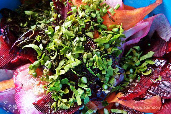 Выложить овощи в маринад, покрошить туда зелень. У меня немного петрушки и укропа. В оригинале сельдерей.