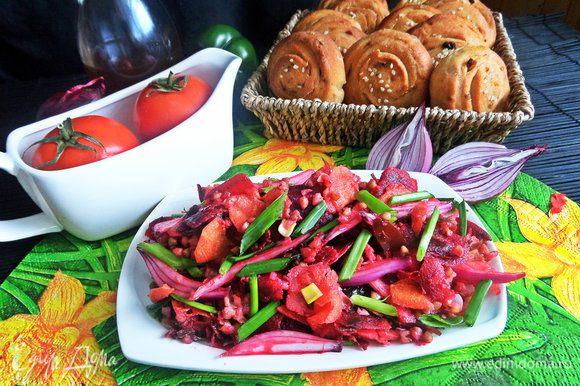 Подавала я салатик с домашними картофельными плюшечками: http://www.edimdoma.ru/retsepty/80475-plyushki-kartofelnye