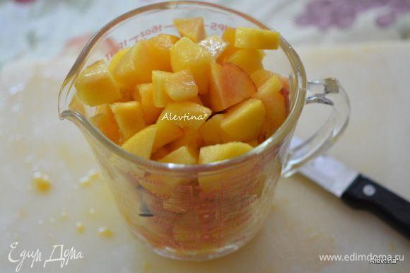 Персики очистить от кожуры и косточек. Нарезать кубиками. Выход 2 стакана.