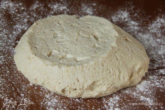 Выложить тесто на присыпанный мукой стол.