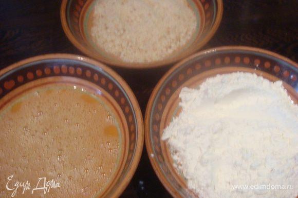 Подготовим три тарелки: первая — взбиваем яйца, вторая — мука, третья — панировочные сухари.