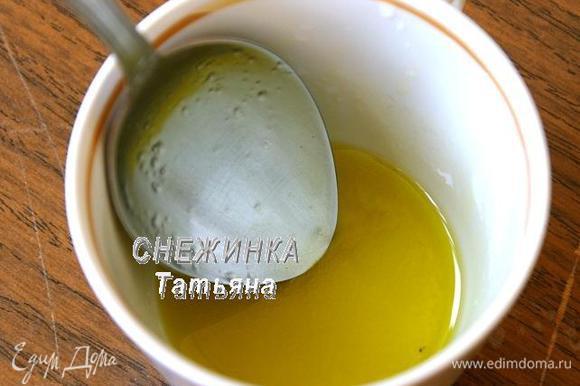 Готовим заправку. Соединяем оливковое масло, сок лимона, соль.