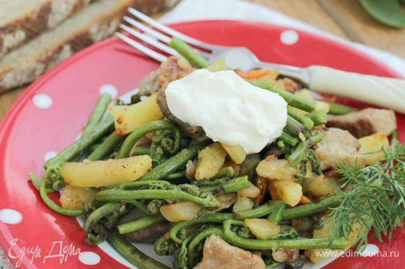 Последним штрихом будет сметана, ее можно добавить прямо в сковороду или добавить уже в тарелку. Сочетание сметаны и папортника дает удивительное послевкусие грибов.