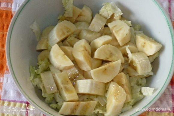 Сбрызнуть соком лайма и соединить с оставшейся капустой.