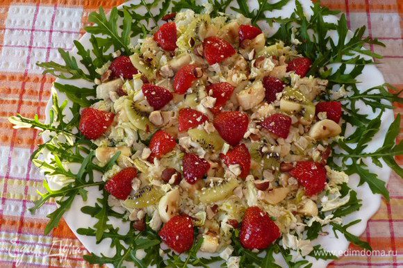 Соединить масло, сок лайма, бальзамический белый уксус и полить салат. Готово!