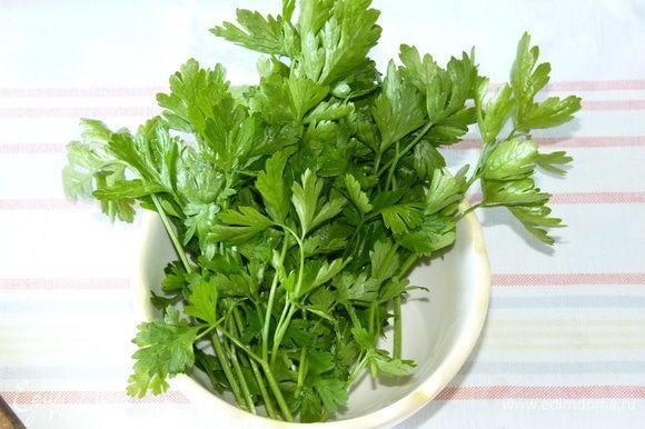 Зелень помыть, просушить, измельчить и добавить к огурцам.
