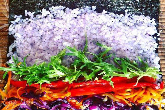 Готовим суширрито, как обыкновенный ролл. Коврик для суши обмотать пищевой пленкой. Положить лист нори блестящей стороной вниз. Мокрыми руками (можно в блюдечке приготовить смесь воды и рисового уксуса) выложить на него рис и равномерно распределить по всей поверхности нори, оставляя с одного края 1-2 см, чтобы потом было удобно сворачивать. Каждый раз, когда берется новая порция риса, нужно смачивать руки в воде, чтобы рис не прилипал к рукам. Выложить начинку и скрутить ролл.