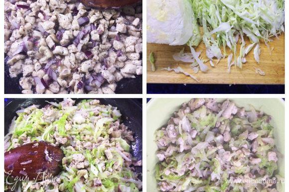 Займемся начинкой. Чистим луковицу. Нарезаем куриное филе мелким кубиком. Отправляем мясо с луком обжариваться на растительном масле. Шинкуем капусту, отправляем к мясу в сковородку. Солим, перчим по вкусу. Готовую начинку перекладываем в миску для охлаждения.
