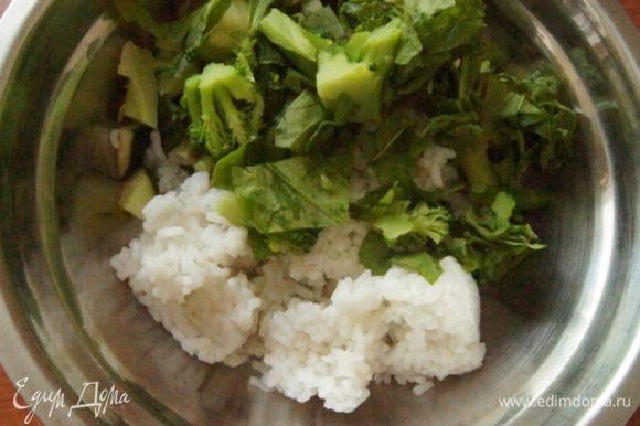 В большой миске смешать подготовленные овощи, зелень и отварной рис. Заправить и хорошо перемешать. Можно есть сразу, но мне понравилось, когда салат настоялся около часа в холодильнике.