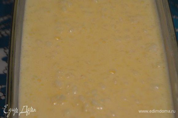 Форму смазать сливочным маслом и выложить рисовую массу. Запекать при температуре 170°С 35 минут.