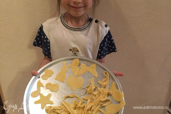 Варить около 10 минут. Когда готовили с сетрой, из теста сделали разные фигурки, с помощью формочек для печенья.