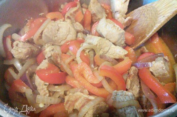 Влить бульон, довести до кипения, уменьшить огонь, добавить оба вида перца и соль и тушить около 20 мин.