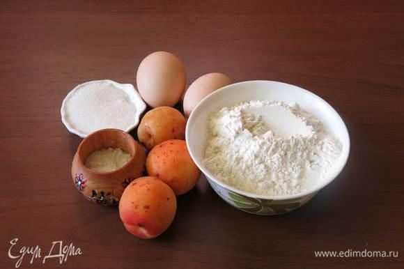 Абрикосы, мука, яйца, соль, сахар — для десерта. Сухари и масло — для присыпки формы.