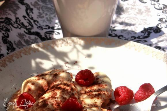 При подаче можно слегка посыпать горьким какао и добавить ягод.