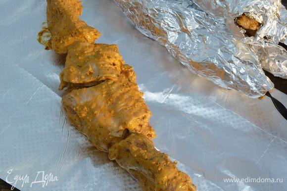 Нанизываем мясо на шампура и оборачиваем каждый в 3 слоя фольги.