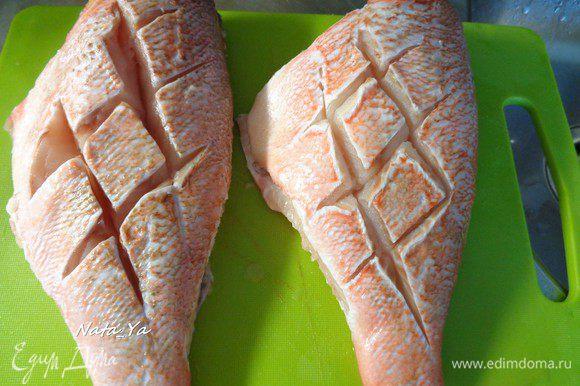 Сделать на кожице надрезы с обеих сторон. Натереть рыбку с обеих сторон солью и белым молотым перцем.