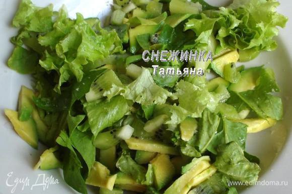 Шпинат и листья салата рвем руками на небольшие кусочки. Соединяем с киви, авокадо.