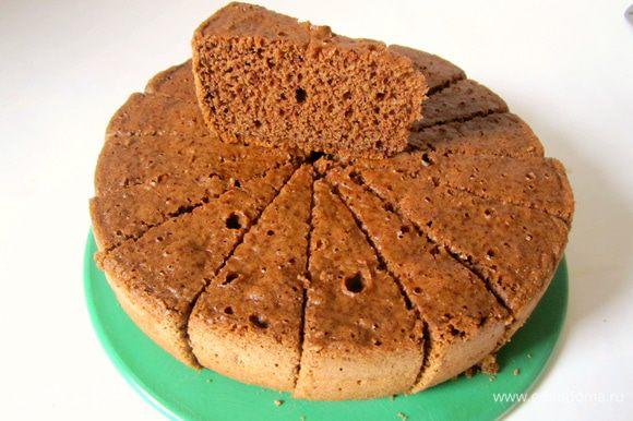 Вынуть бисквит, дать остыть, разрезать на 16 частей.