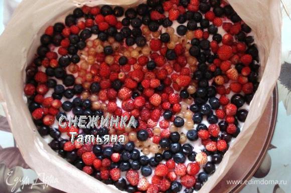 Оформляем сразу же ягодами, которые остались для верха. Рисунок можно выполнить в произвольном порядке, по вашему вкусу. Я старалась сделать так, чтобы при разрезании торта ягодный микс попался каждому дегустатору.