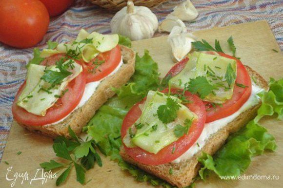 Кусочки хлеба подсушить в тостере (по желанию), намазать сметаной, выложить кусочки помидора, сверху кабачок и присыпать зеленью. Я еще сбрызнула оливковым маслом, настоянным на чесноке и остром перце. Поверьте, очень просто и вкусно!