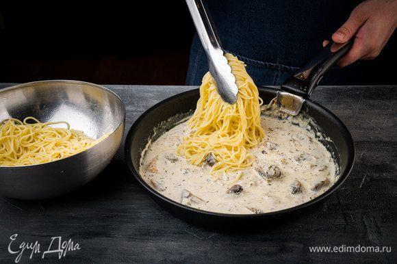 Добавить спагетти, все перемешать и прогревать еще пару минут.