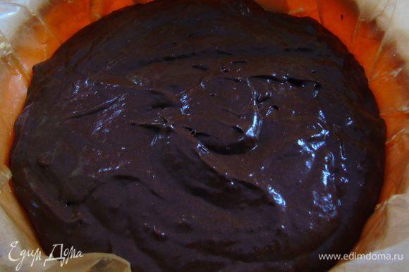 В конце добавляем соду, еще раз взбиваем и выливаем тесто в форму. Отправляем выпекаться в разогретую до 175°С на 25-30 минут.