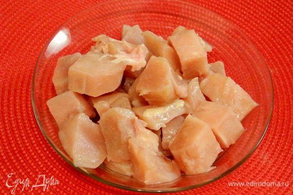 Куриное филе вымыть, обсушить, нарезать на средние кусочки.